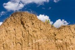 Mur de la terre de brique dans un puits d'argile ouvert photos stock