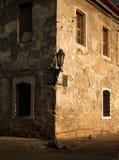 Mur de la vieille forteresse : le coin de l'immeuble de brique, d'un côté illuminé par les premiers rayons du Soleil Levant, sur  Photographie stock