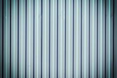 Mur de métal ondulé Fond bleuâtre avec les rayures verticales Photo avec une vignette Image stock