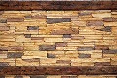 Mur de maçonnerie en bois et en pierre rouillé Image libre de droits