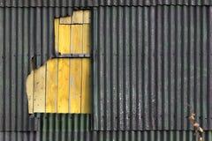 Mur de matériel endommagé ondulé d'amiante Image stock