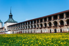 Mur de monastère de Kirillo-Belozersky avec la tour Image libre de droits