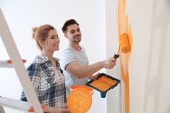 Mur de peinture de couples heureux R?paration ? la maison photographie stock