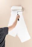 Mur de peinture de femme avec un rouleau de peinture Images stock