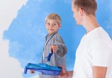 Mur de peinture de garçon avec le père Images stock