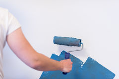 Mur de peinture de main du ` s de décorateur Photo stock