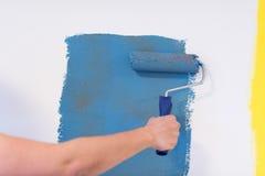 Mur de peinture de main du ` s de décorateur Photographie stock