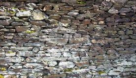 Mur de pierres sèches dans les vignobles au-dessus du Rhin photos libres de droits