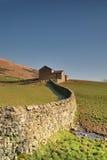 Mur de pierres sèches et grange photos stock