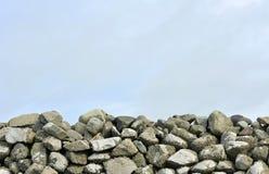 Mur de pierres sèches de Gallois et fond de ciel photos libres de droits