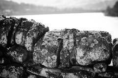 Mur de pierres sèches noir et blanc Images stock