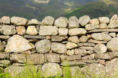 Mur de pierres sèches sans le mortier au nord d'Angleterre en parc national Cumbria de secteur de lac Photo stock