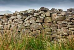 Mur de pierres sèches sur la bruyère Image libre de droits