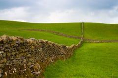 Mur de pierres sèches typique sur le pâturage en vallées de Yorkshire Photo libre de droits