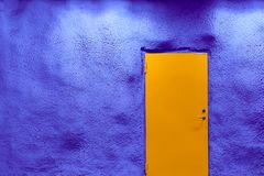Mur de porte orange et de bleu d'outre-mer photo stock