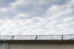 Mur de prison avec le barbelé photos stock