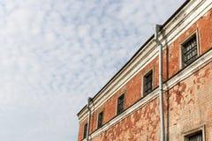 Mur de prison avec les fenêtres barrées Images libres de droits