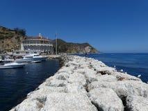 Mur de roche vers la mer Photos libres de droits