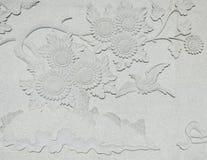 Mur de sculpture en oiseau et en tournesol Photographie stock libre de droits