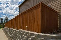 Mur de soutènement en bois de blocs de barrière et de ciment photo libre de droits
