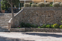 Mur de soutènement fait de pierres naturelles Image stock
