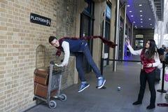 Mur de station des Rois Cross visité par des fans de Harry Potter Photographie stock libre de droits