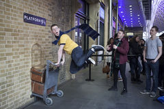 Mur de station des Rois Cross visité par des fans de Harry Potter au phot Image libre de droits