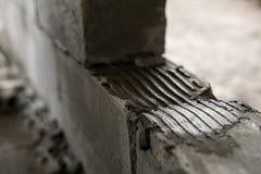Mur de tir haut étroit aéré de blocs de béton Images libres de droits
