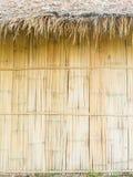 Mur de toit couvert de chaume et de bambou Image stock