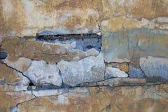 Mur de tremblement de terre fendu image stock