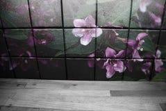 Mur de tuile de cuisine modelé par fleur dans une cuisine image stock