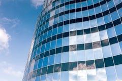 Mur de verre de l'immeuble de bureaux avec la réflexion de nuages Images libres de droits