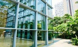 Mur de verre de l'immeuble de bureaux moderne Photo stock