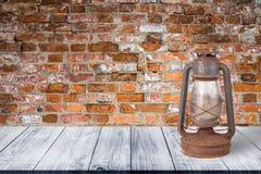 Mur de vieilles briques rouges Fond Vue de gangwa en bois foncé images stock