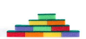 Mur des éponges de nettoyage colorées Images stock