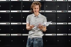 Mur des boîtes aux lettres et d'un facteur Photo stock