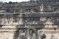 Mur des crânes tzompantli dans Chichen Itza, Mexique Photographie stock libre de droits
