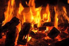 Mur des flammes Plan rapproché de flamme de bois de chauffage brûlant photos stock