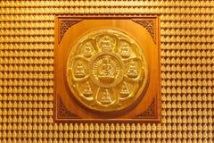 Mur des images se reposantes d'or de Bouddha Photos stock
