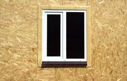 Mur des panneaux en bois avec le plan rapproché en plastique blanc de fenêtre Image libre de droits