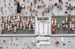 Mur des poupées à Milan images stock