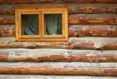 Mur des rondins avec la fenêtre Image libre de droits