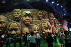 Mur des visages de sourire dans le pavillon commun de l'Afrique Photographie stock libre de droits