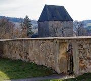 Mur devant une tour médiévale, Siedlecin, Pologne Photographie stock