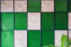 Mur du fond en pierre et artificiel d'herbe avec le cadre a en métal Photo stock