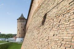 Mur du Kolomna Kremlin et la tour Photo stock