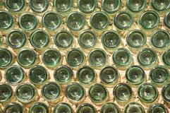 Mur effectué avec les bouteilles en verre vertes Photographie stock libre de droits