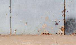 Mur en acier et plancher en béton Photographie stock libre de droits