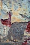 Mur en béton âgé et grunge avec des briques Sensation sombre et déprimée Surface inégale et texturisée Copiez l'espace Photos stock