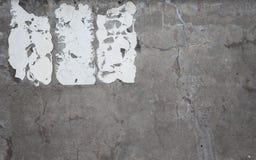 Mur en béton affligé avec un résidu adhésif de signe image stock